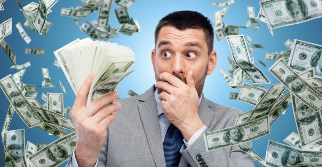 Muž obklopen bohatstvím ve smyslu peněz.